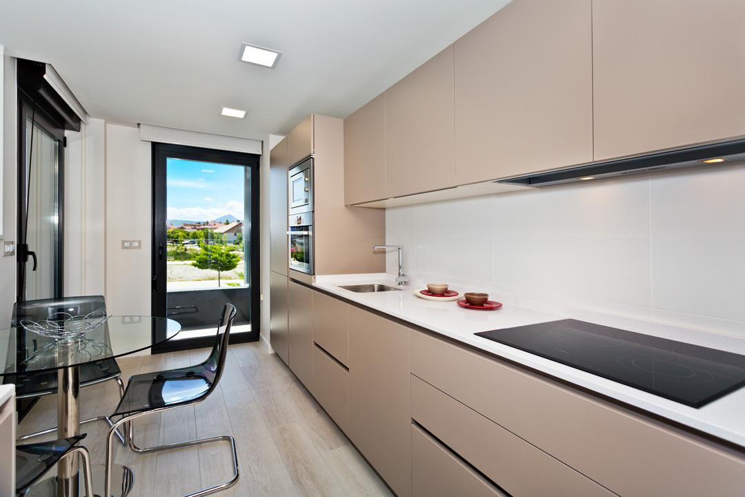 Visita el piso piloto de jazz pisos nuevos en lezkairu for Cocina y salon unidos