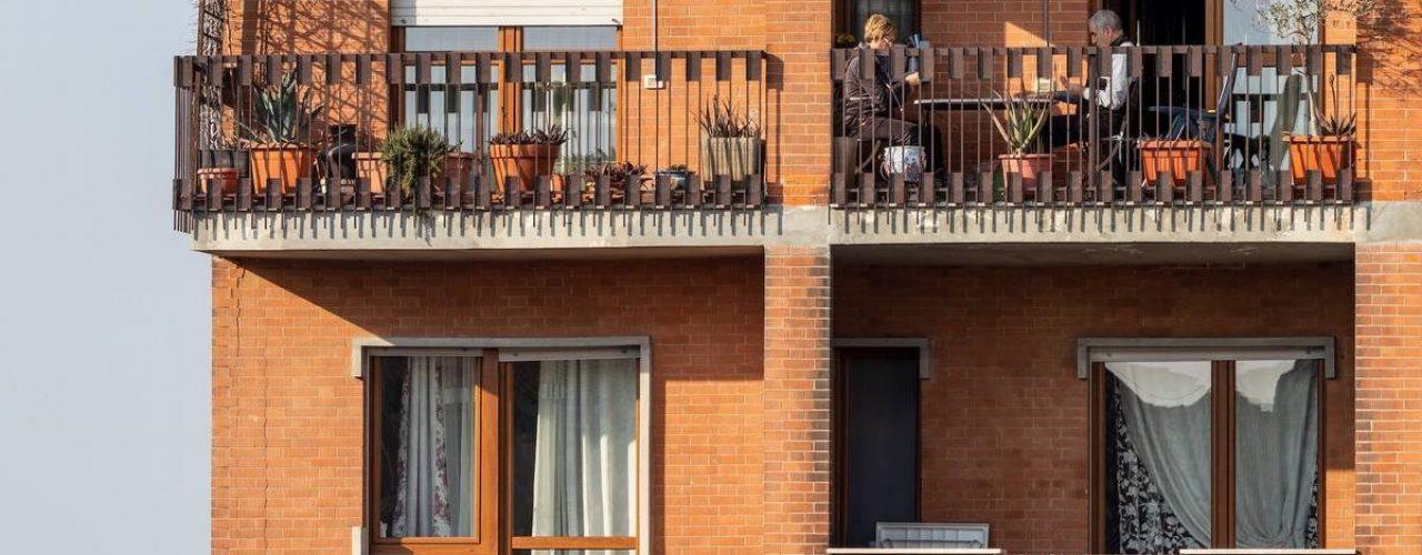 Coronavirus Italy in quarantine and people on balcony with manifesto of hope